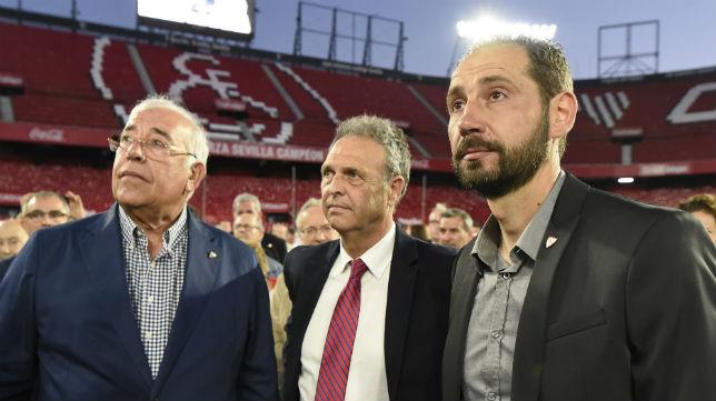 Machín, junto a Caparrós y Francisco Ruiz Brenes 'Súperpaco', en el acto de 'Fieles de Nervión' (Foto: J. J. Úbeda/ABC)