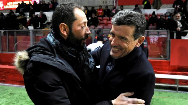 Pablo Machín saluda a Juan Carlos Unzúe antes de un Girona-Celta