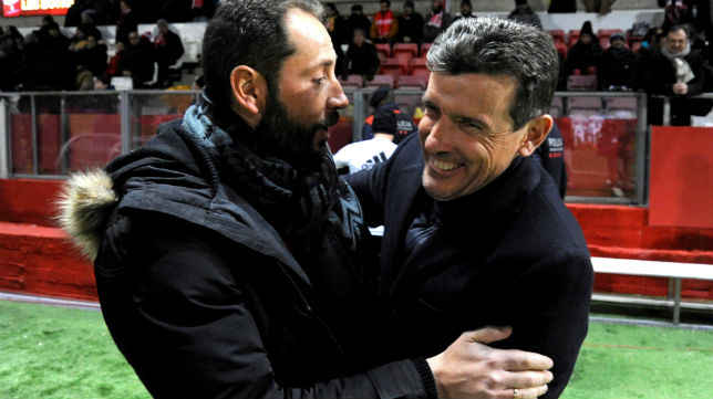 Machín y Unzué se saludan antes de comenzar un partido entre el Gerona y el Celta