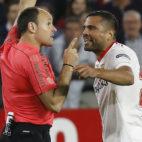 Mercado discute con Mateu Lahoz durante el Sevilla-Real Madrid (Foto: Raúl Doblado)