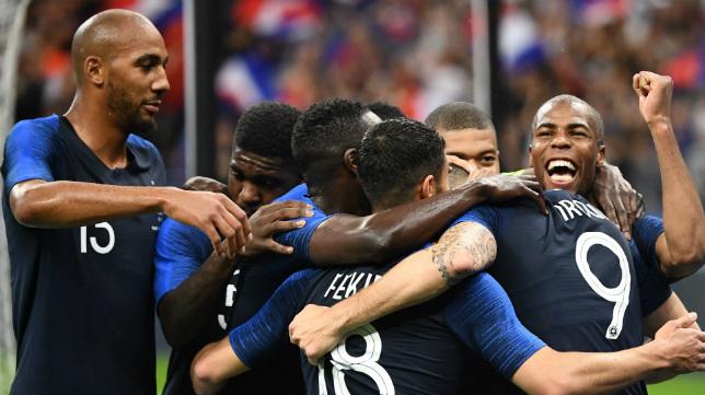Nzonzi (izquierda) celebra junto a sus compañeros el primer gol de Francia, obra de Giroud, sobre Irlanda