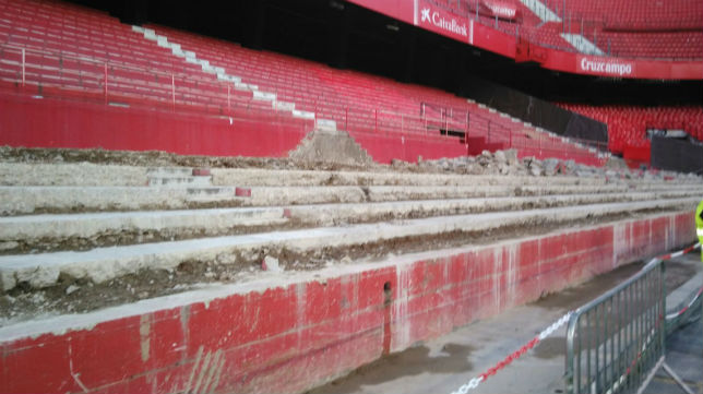 Obras de la grada de fondo durante el acto de los 'Fieles de Nervión' (Foto: R. R.)