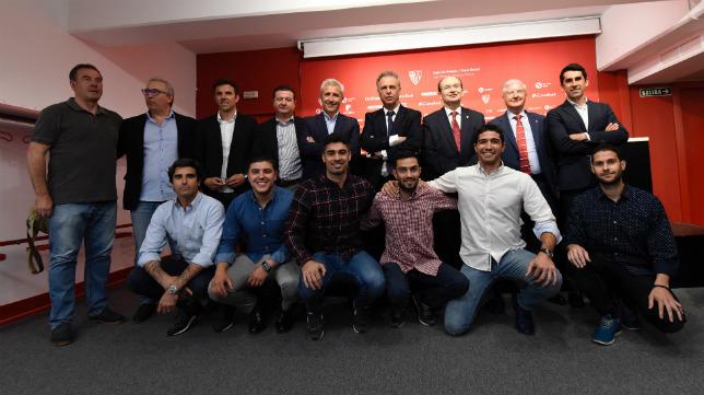 El organigrama deportivo completo del Sevilla FC posa ante los medios