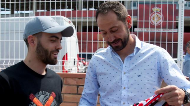 Pablo Machín recibe una bufanda de un aficionado del Girona