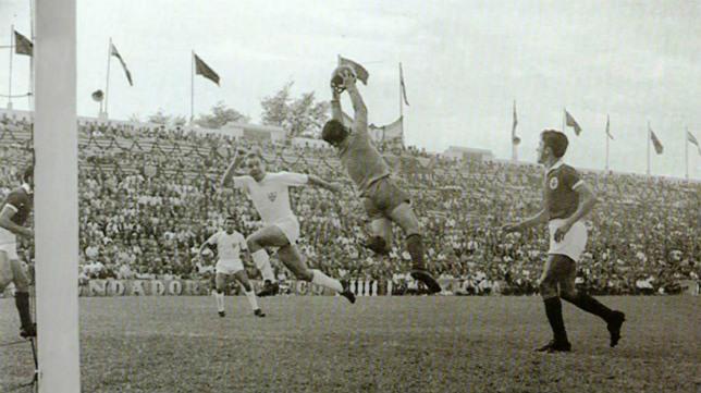 Bastos detiene el remate del sevillista Pahuet, en un lance del Sevilla-Benfica de la ida de los dieciseisavos de final de la Copa de Europa 1957-58. El partido se jugó en el Viejo Nervión y acabó con victoria sevillista por 3-1, con goles de Pahuet, Antoniet y Pepillo, y Palmeiro para los portugueses