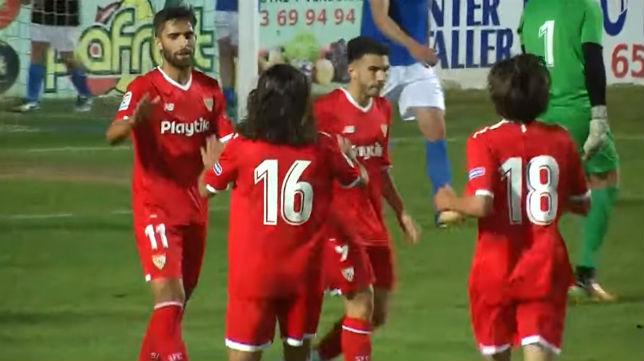 Pejiño, con el número 11, es felicitado por otros jugadores del Sevilla tras su segundo gol en Linarejos