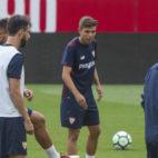 Pozo, en el centro de la imagen, durante el entrenamiento del Sevilla FC de este viernes (Foto: Juan José Úbeda)