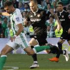 Sandro presiona al bético Amat en el Betis-Sevilla. Foto: Raúl Doblado