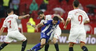 Pareja pelea un balón durante el partido frente al Alavés (Foto: LaLiga)