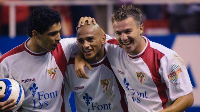 Renato y Antoñito felicitan a Darío Silva por su gol a la Real en 2004