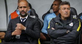 Domenec Torrent, junto a Pep Guardiola, en el banquillo del Manchester City