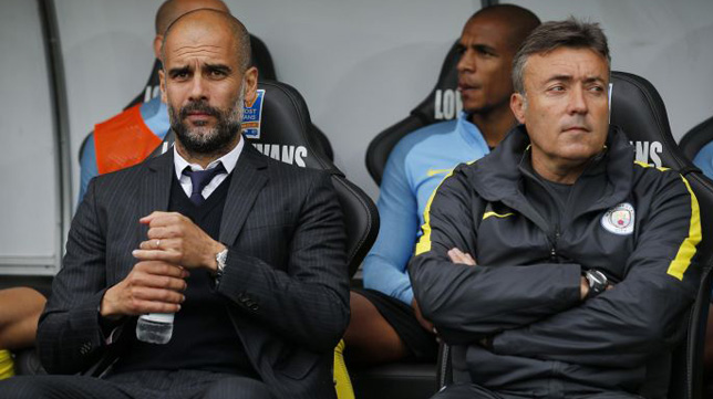 Domenec Torrent, junto a Pep Guardiola, en el banquillo del Manchester City