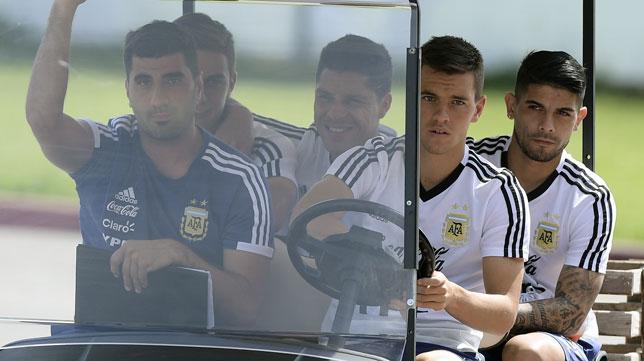 Banega, detrás de Lo Celso y junto a Enzo Pérez y Dybala, en un entrenamiento con Argentina (foto: AFP)