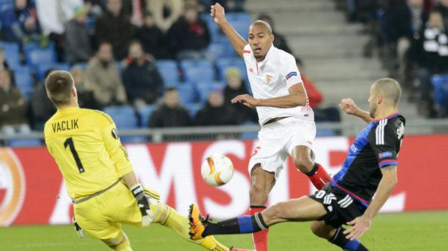Vaclik, en un lance junto a Nzonzi en un encuentro de la Liga Europa (foto: EFE)