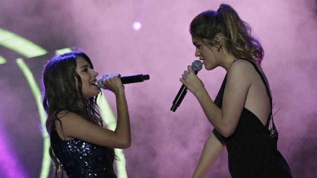 Ana Guerra, junto a Amaia, durante el concierto de Operación Triunfo en Sevilla (Foto: Juan Flores/ABC)