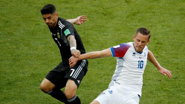 Banega pugna con el islandés Sigurdsson por un balón (Foto: Reuters)
