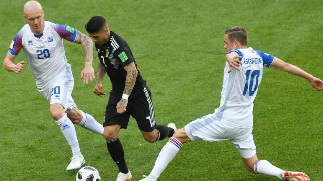 Banega conduce el balón en el partido de Argentina contra Islandia (Foto: AFP)