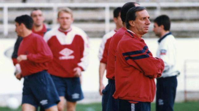Bilardo, en su época en el Sevilla, dirige un entrenamiento con Monchi, Jiménez y Prosinecki (Foto: ABC)