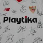 Camiseta del Sevilla, firmada por los jugadores, para ayudar al Zamora CF