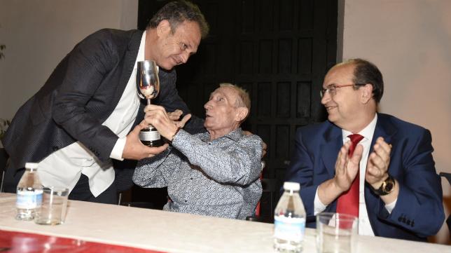 Caparrós recibe el catavino de plata de manos de Alés, ante la presencia de José Castro (FOTO: SFC)