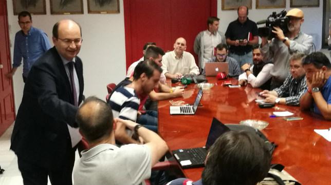 José Castro antes de arrancar la reunión informativa sobre los precios de los abonos