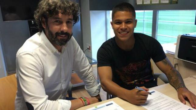 Cucho Hernández y Emilio Vega firman la ampliación del contrato del jugador