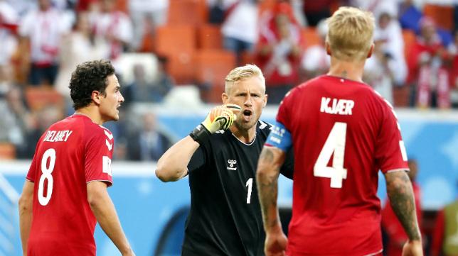 Kjaer dialoga con su portero Schmeichel durante el Perú-Dinamarca