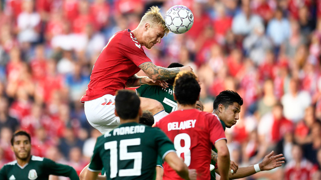 Kjaer cabecea un balón durante el México-Dinamarca