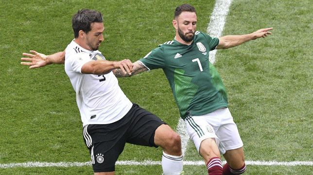 Layún pugna con Hummels durante el Alemania-México del Mundial de Rusia
