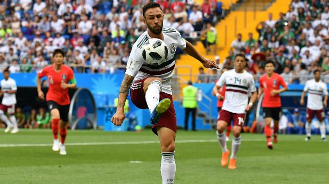 Miguel Layún controla un balón durante el Corea del Sur-México del Mundial