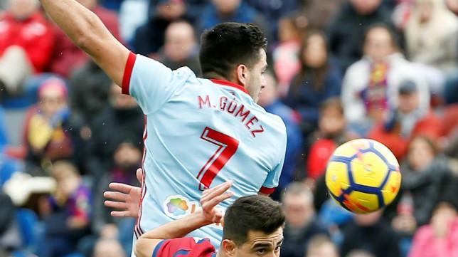 Maxi Gómez salta durante un Levante-Celta. Foto: EFE
