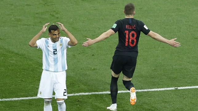 Mercado se lamenta tras el primer gol, obra de Rebic (Foto: EFE).