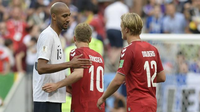 Nzonzi saluda a los jugadores daneses tras el Francia-Dinamarca