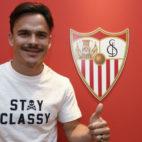 Roque Mesa posa sonriente ante el escudo del Sevilla FC (Foto: SFC)