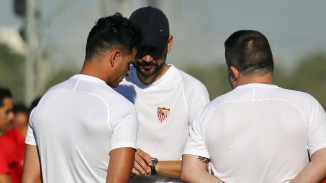 Machín dialoga con sus ayudantes durante un entrenamiento (foto: Rocío Ruz)