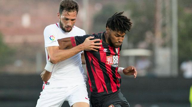 Franco Vázquez, en un lance del amistoso entre el Sevilla FC y el Bournemouth (foto: LOF)