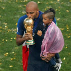 Nzonzi, con la Copa del Mundo y su hijo (foto: Reuters)
