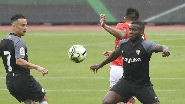 Roque Mesa y Amadou, durante un lance del encuentro frente al Benfica (SFC)