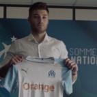 Caleta-Car posa con la camiseta del Olympique de Marsella (OM)