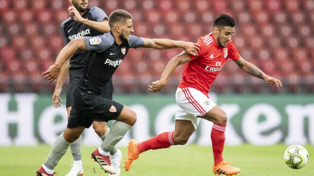 Carriço persigue a Salvio durante el Benfica-Sevilla disputado en Zúrich