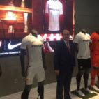 José Castro posa con las nuevas equipaciones de Nike