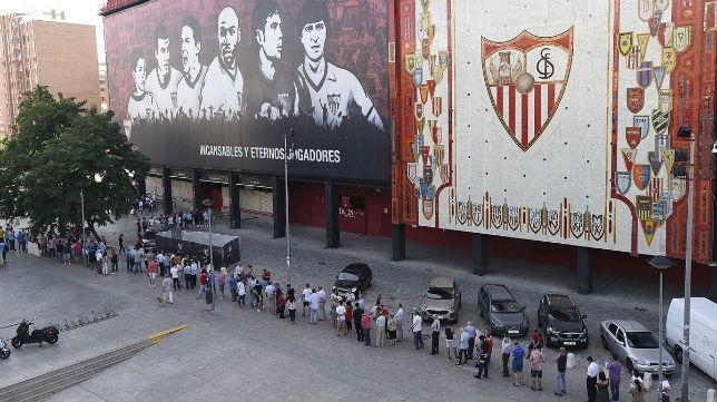 Largas colas para la renovación de abonos en el primer día de renovación presencial. Foto: Sevilla FC