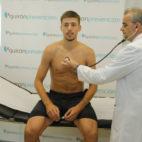 Clement Lenglet, pasando el reconocimiento médico con el Sevilla (J. M. Serrano)