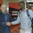Joaquín Caparrós saluda a Ibrahim Amadou a su llegada a Sevilla (Foto: J. M. Serrano/ABC)