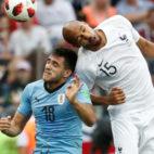 Maxi Gómez salta con Nzonzi durante el Uruguay-Francia del Mundial