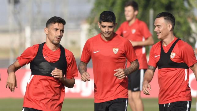 Jesús Navas, Banega y Roque Mesa, en un entrenamiento con el Sevilla en la ciudad deportiva (SFC)