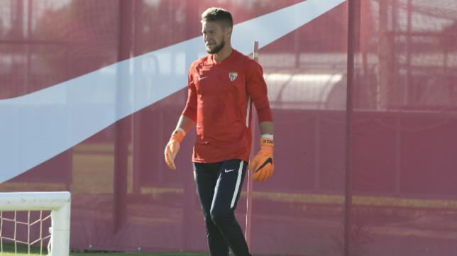 Tomas Vaclik, en su primer entrenamiento con el Sevilla