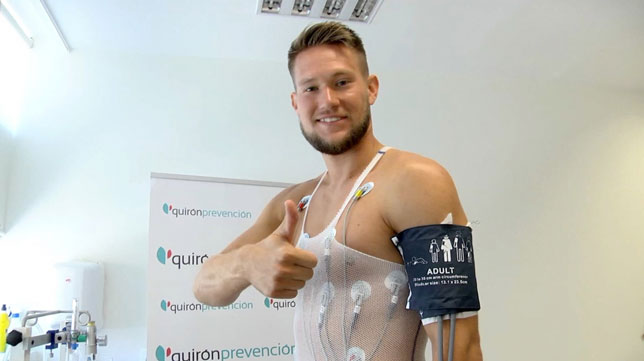 Tomas Vaclik pasando el reconocimiento médico con el Sevilla FC (Foto: Sevilla FC).