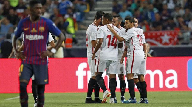 Los jugadores del Sevilla celebran el gol de Sarabia ante el Barcelona en la Supercopa (foto: EFE/José Manuel Vidal)