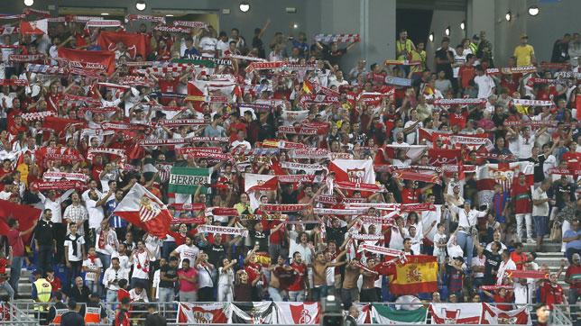 Aficionados del Sevilla en el estadio de Tánger (EFE/José Manuel Vidal)